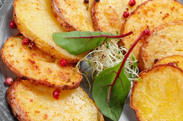 Домашний картофель на белом