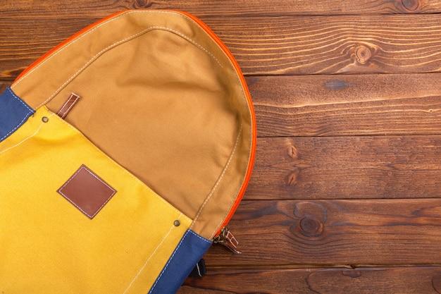 黄色のバックパックの背景
