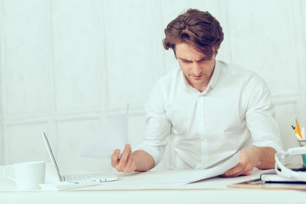 タブレットとペンでラップトップを使用して実業家
