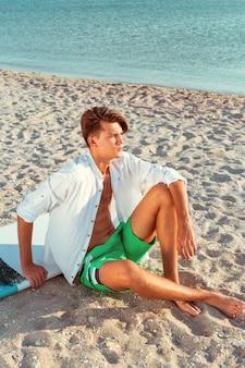 サーフィンの後リラックスした男