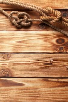 木製の背景で船のロープ