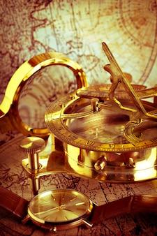 古代の地図上の古いビンテージコンパスと旅行用具