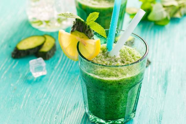 緑の野菜スムージー