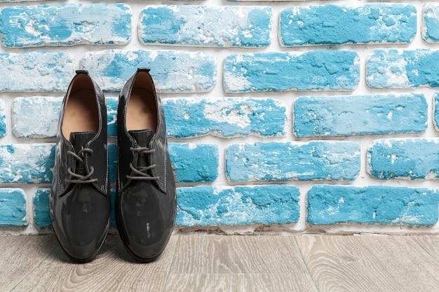 木製の背景に女性の靴