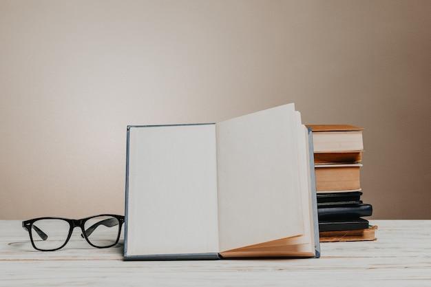 本の山と学校の黒板
