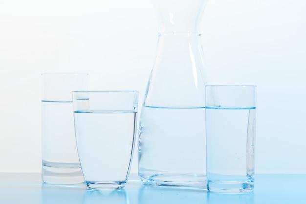 水のガラスと水差し