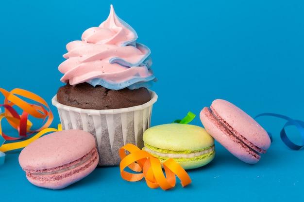 青色の背景に誕生日ケーキをクローズアップ