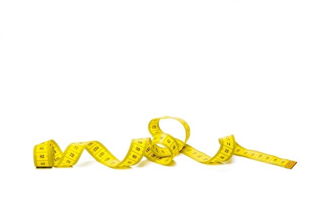 白いパノラマ背景に分離された黄色のメトリック測定テープ