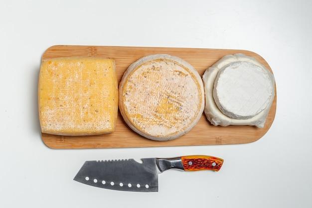 テーブルの上のチーズ