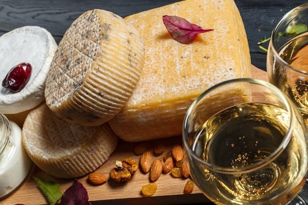 テーブルの上でチーズを混ぜる