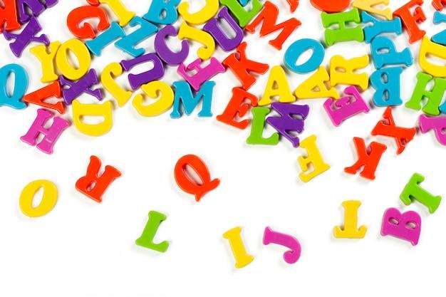 カラフルなおもちゃのアルファベット