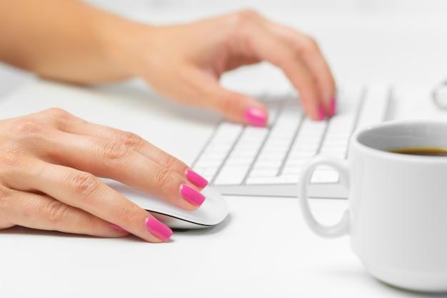 キーボード上の女性の手