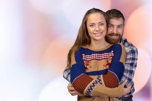 立っている陽気な若いカップル