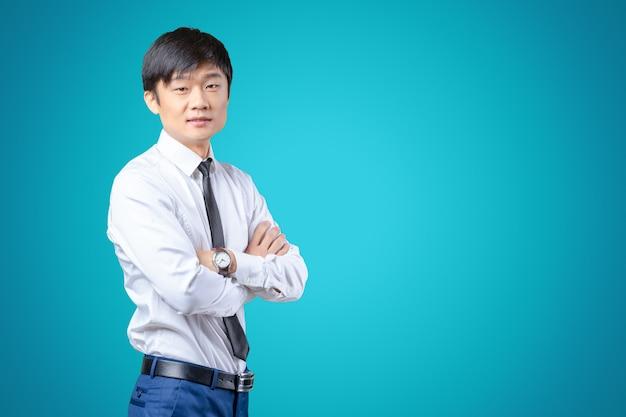 スーツを着て立っているハンサムな若いアジア人