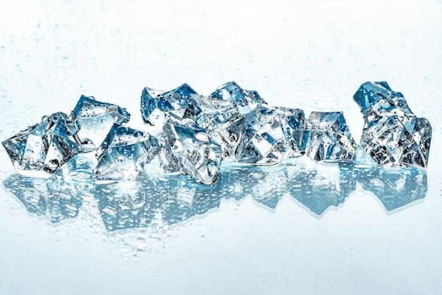 Кубики льда на синем