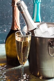 氷とグラスシャンパンのバケツにシャンパンボトル