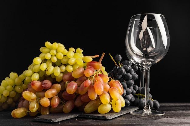 テーブルの上のワインとブドウ