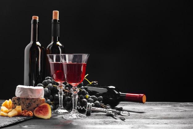 テーブルの上のワインとチーズ