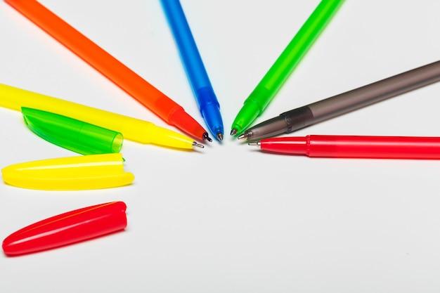 白で隔離される異なる色のペン