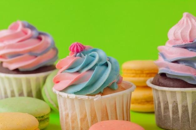 食べる準備ができている様々なフォンダンカップケーキのセット-明るくカラフルなセット