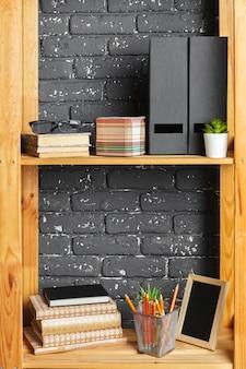 オフィスでのドキュメントと木の板の画像