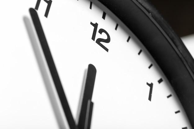 Простые классические черно-белые круглые настенные часы
