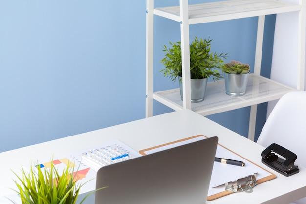 オフィスの事務処理とデスクトップのラップトップ