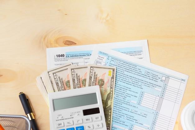ビジネスおよび財務レポートを表示しています。会計、お金のクローズアップ