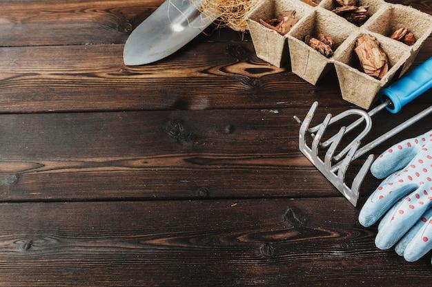 花屋のコンセプト。木製の美しい多肉植物の植え替え