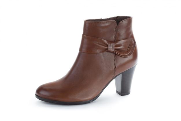 白で隔離される女性の足首のブーツ
