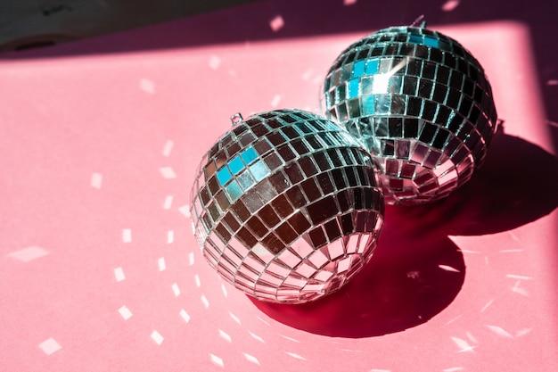 Диско шар безделушка на розовый. концепция вечеринки