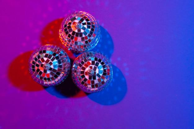 紫に輝くディスコボールをクローズアップ