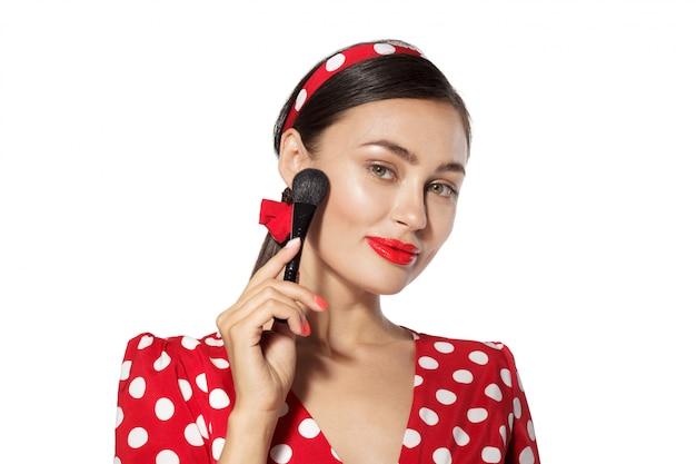 化粧。ピンナップレトロスタイルの若い女性の肖像画のヘッドショットを閉じる