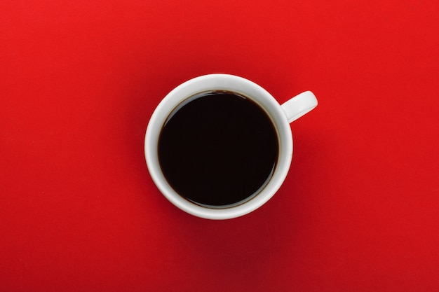 赤のコーヒー豆とコーヒーカップ。
