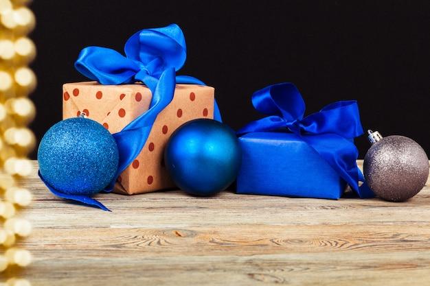 ギフトボックス付きのクリスマステーブルの装飾