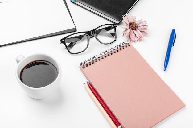 ホワイトオフィスデスクテーブル、ビジネスおよび教育の概念
