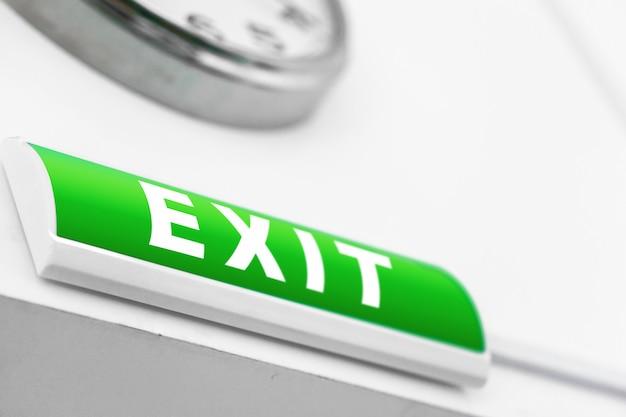 緑の出口標識