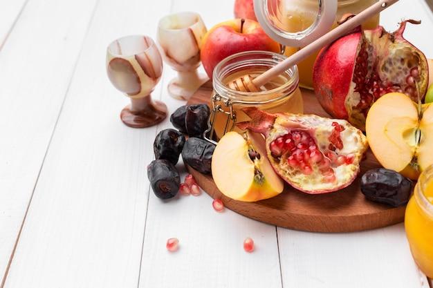 リンゴと蜂蜜、ユダヤ人の新年の伝統的な食べ物-ロシュハシャナ。