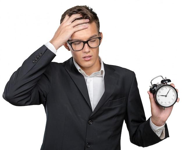 時計を指してフォーマルな服装で成功した実業家