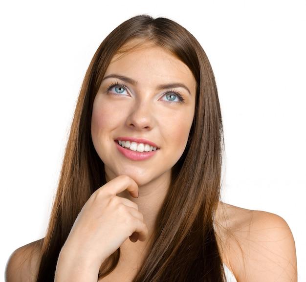深く考えて魅力的な若い女性の肖像画