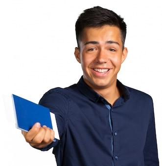 男は笑みを浮かべて、カメラ目線とパスポートでチケットを保持