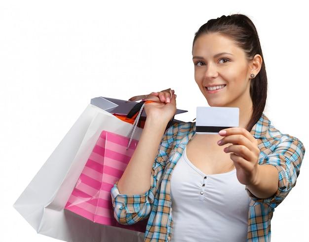 買い物袋を持つ若い女性の笑みを浮かべてください。