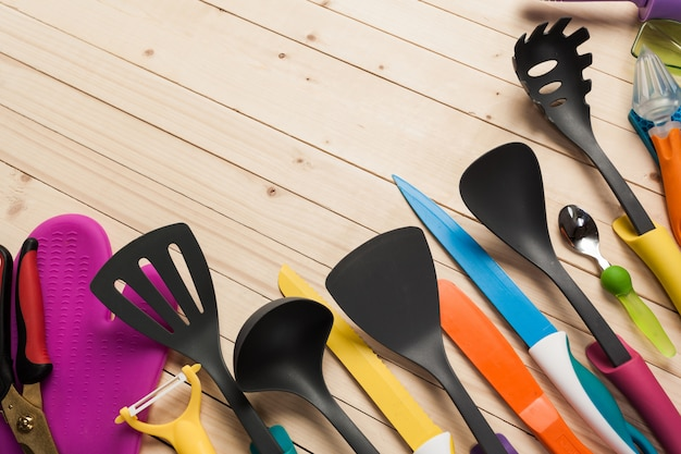 木製のテーブルの調理器具とアクセサリー。