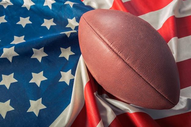 アメリカの古い栄光の旗のアメリカンフットボール