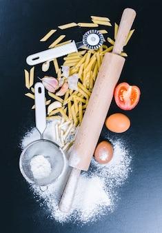 材料とドライパスタスパゲッティ