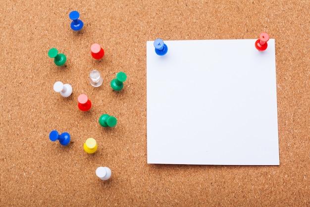 コルクボード上の空白のメモ用紙