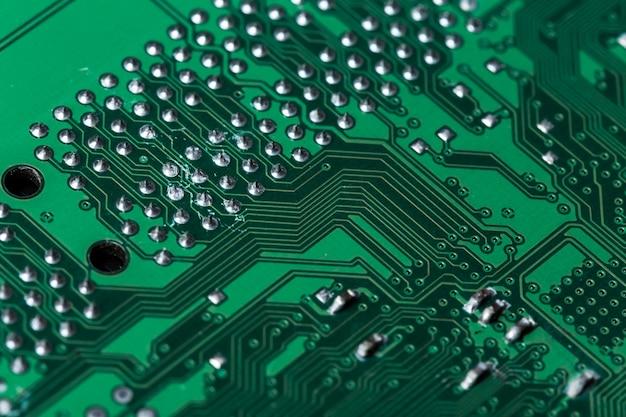 印刷された緑のコンピューター回路基板のクローズアップ