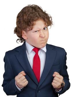 正式なスーツで怒っている巻き毛の少年