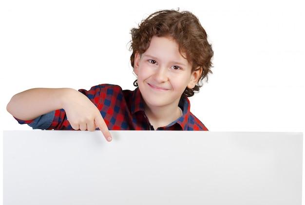 白い旗に指している陽気な少年の肖像画