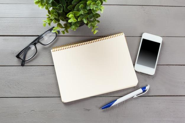 テーブル、トップビューで空白のメモ帳
